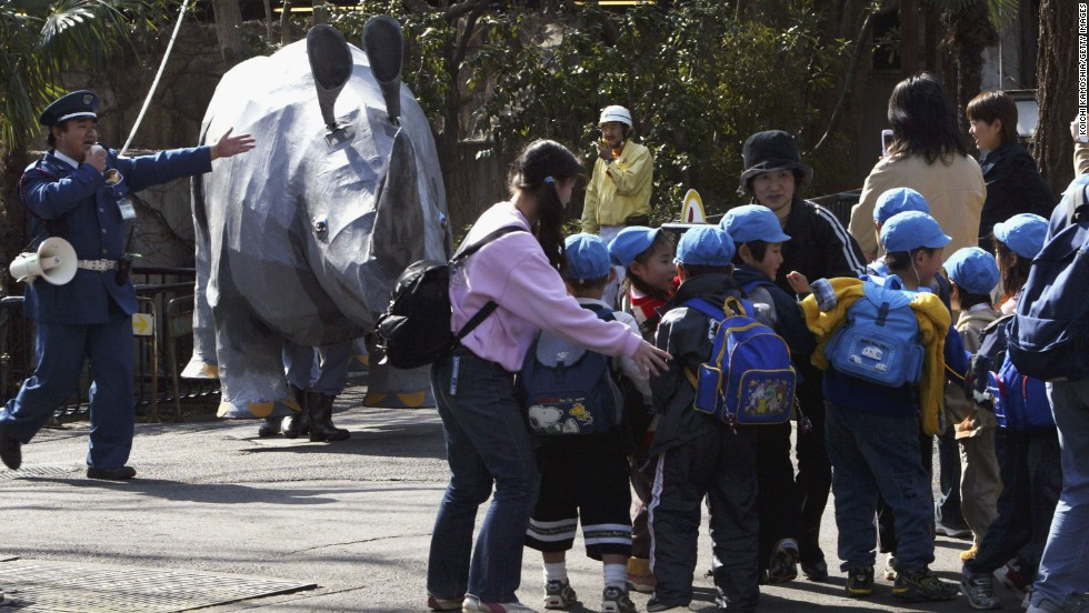 In 2004, the zoo practiced using two men dressed up in a papier-mâché rhinoceros costume.