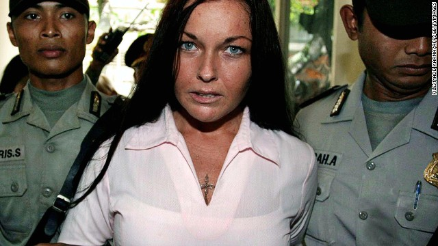(File photo) Schapelle Corby (center) is escorted by Indonesian police before her trial in Denpasar on April 7, 2005.