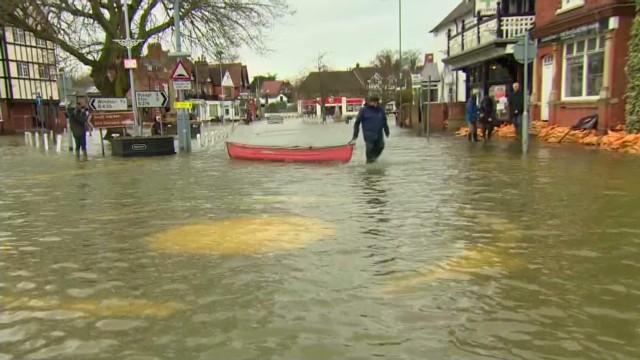 cnnee rebaza uk floods and rain_00005805.jpg
