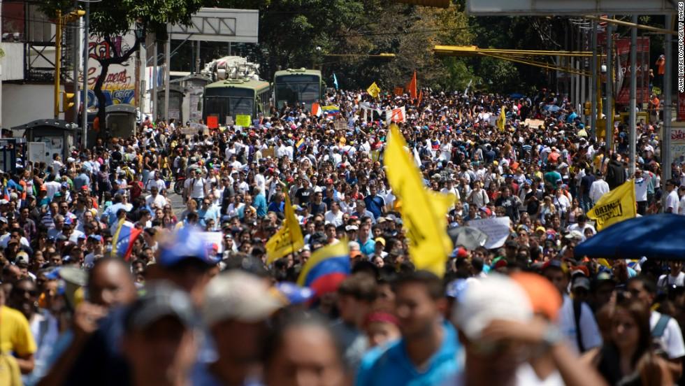 Durante el Día de la Juventud se realizaron movilizaciones de la oposición y el oficialismo en diferentes ciudades del país.
