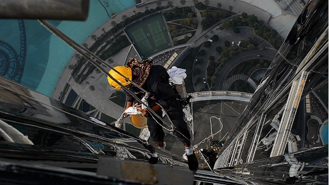 Cleaning the world's tallest skyscraper