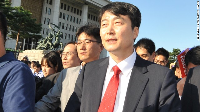 Lee Seok-ki leaves the National Assembly building in September 2013, after parliament approved his arrest.
