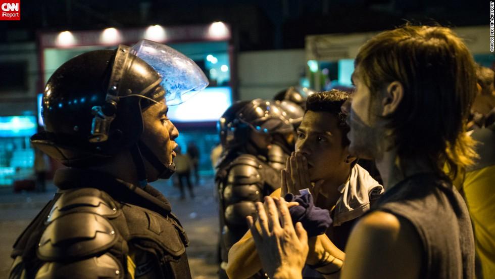 Manifestantes piden a las autoridades que los dejan marchar hasta la autopista.