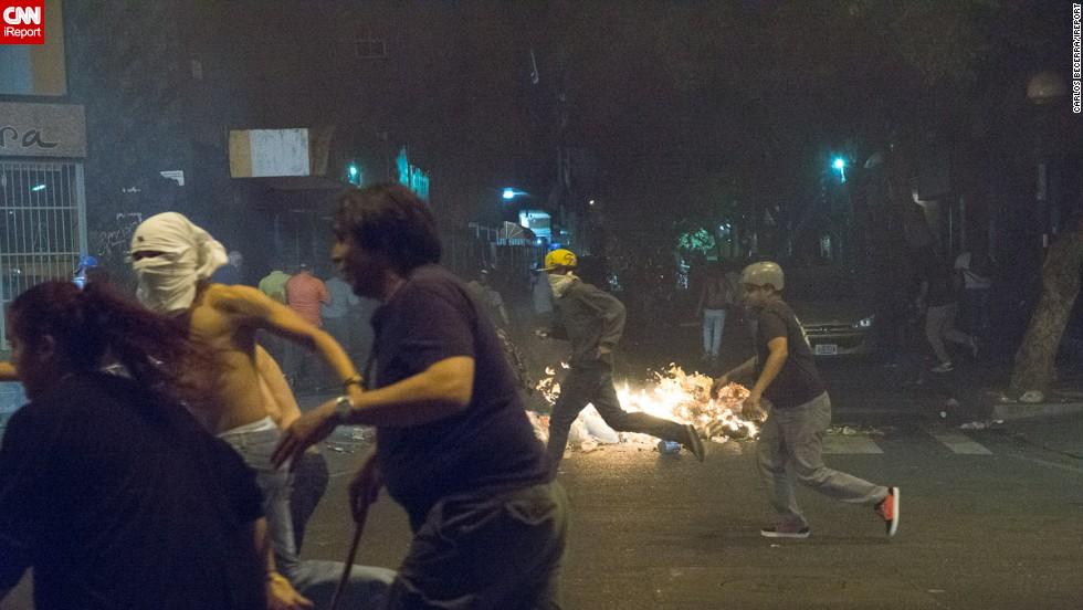 Manifestantes huyen ante la llegada de la Guardia Nacional en Chacao, en las cercanias del CICPC.