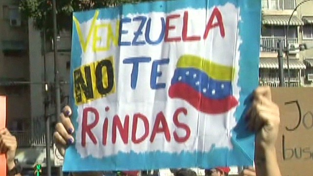 cnnee romo venezuela protest sign and banners_00014226.jpg