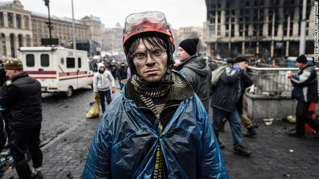 A protestor carries food for demonstrators on the barricades during the face off against heavily-armed police on February 20, 2014 in Kiev.