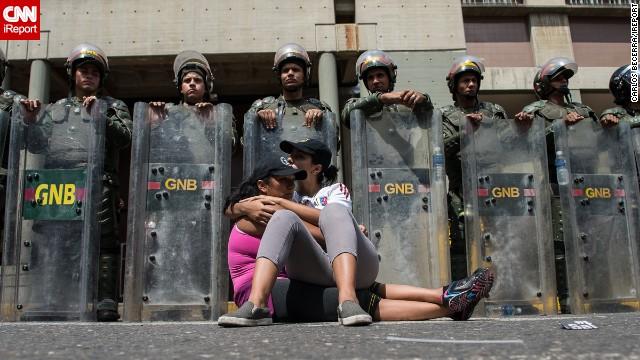Residentes de Caracas se concentraron en la zona del Palacio de Justicia en señal de apoyo al líder opositor Leopoldo López, detenido por las autoridades venezolanas.