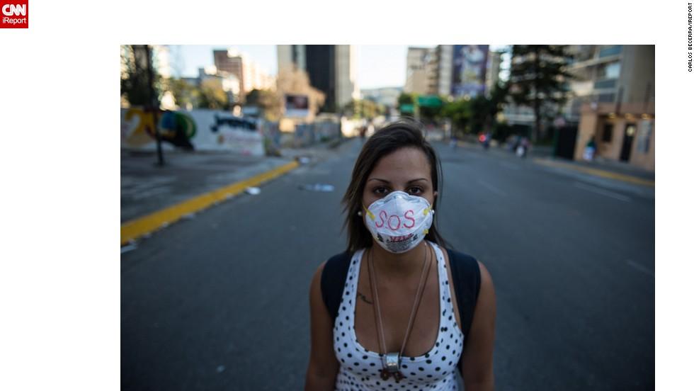 """Los jóvenes se manifiestan con la frase """"SOS Venezuela""""."""