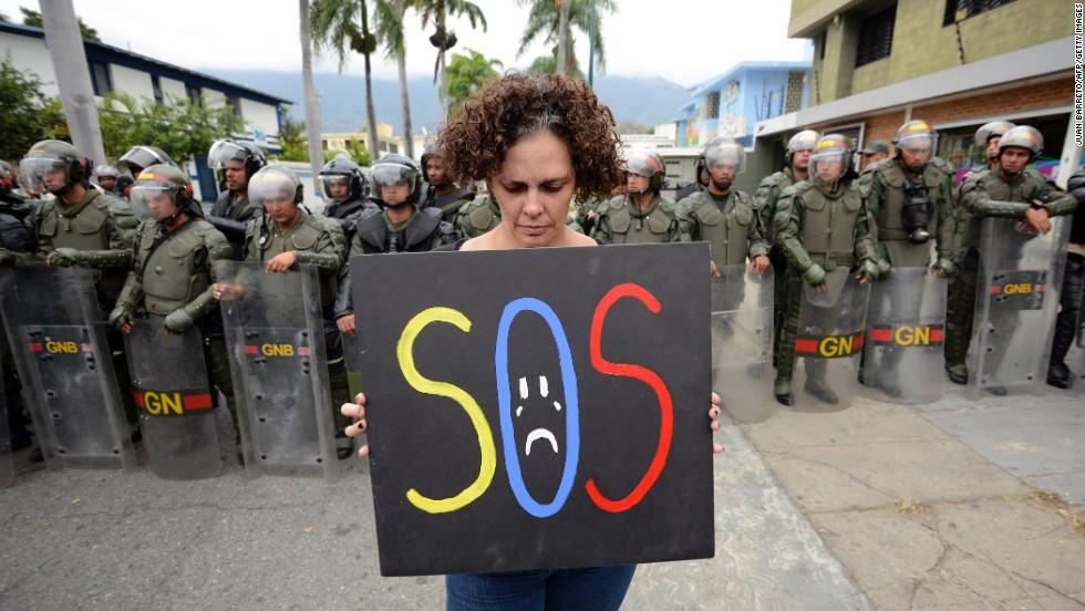 Una mujer protesta contra el gobierno de Nicolás Maduro frente a la embajada cubana en Caracas el 25 de febrero.