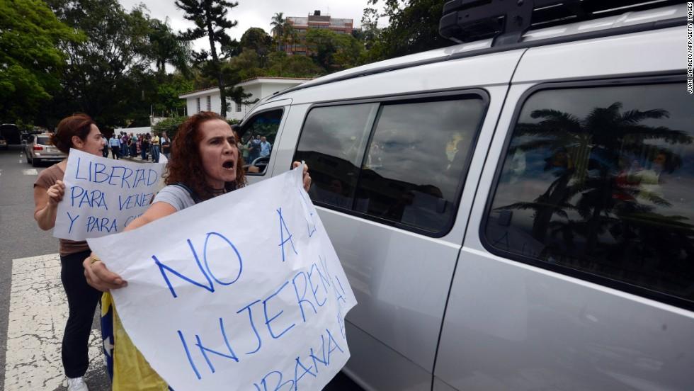 Manifestantes protestan contra el gobierno de Nicolás Maduro frente a la embajada cubana en Caracas, pidiendo la no injerencia de Cuba  en Venezuela.