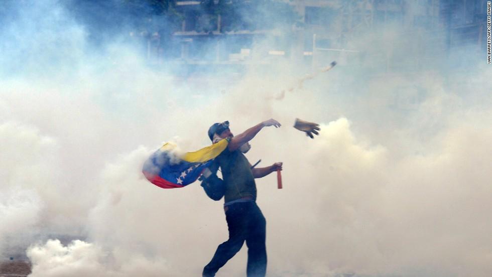 Un manifestante arroja rocas a policías antidisturbios en el este de Caracas el 27 de febrero.