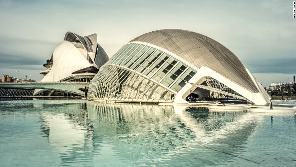 This concert hall was the last building to be finished in the Ciudad de las Artes y las Ciencias complex.The two steel shells covering the building weigh more than 3,000 tons. <strong>Architect:</strong> Santiago Calatrava S.A.