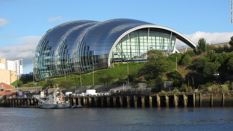 Under its curved glass mantle, Sage Gateshead houses three concert halls of varying size, all equipped with high-end technology.Since its completion in 2004, the organically shaped event complex has been an attraction of the Newcastle area in northern England. <strong>Architect:</strong> Foster + Partners.