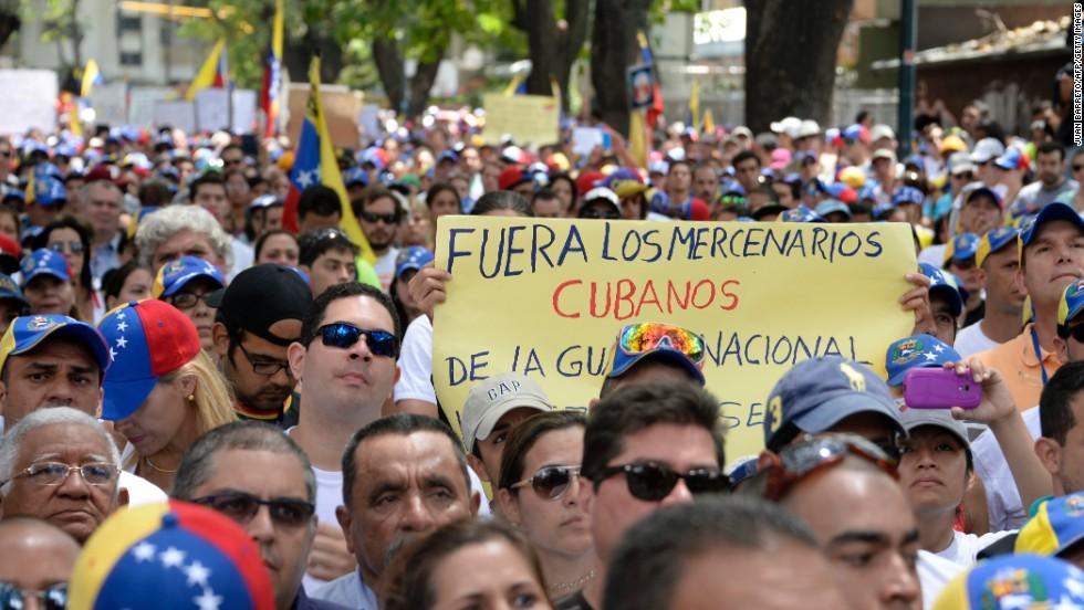 Activistas de la oposición critican la presunta presencia de mercenarios cubanos en Venezuela en una manifestación frente a la OEA en Caracas el 3 de marzo.