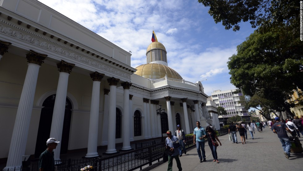 Caracas is the most expensive city in the Americas. But this may be deceptive, as unofficial and black market exchange rates push down the living costs, says the EIU report.