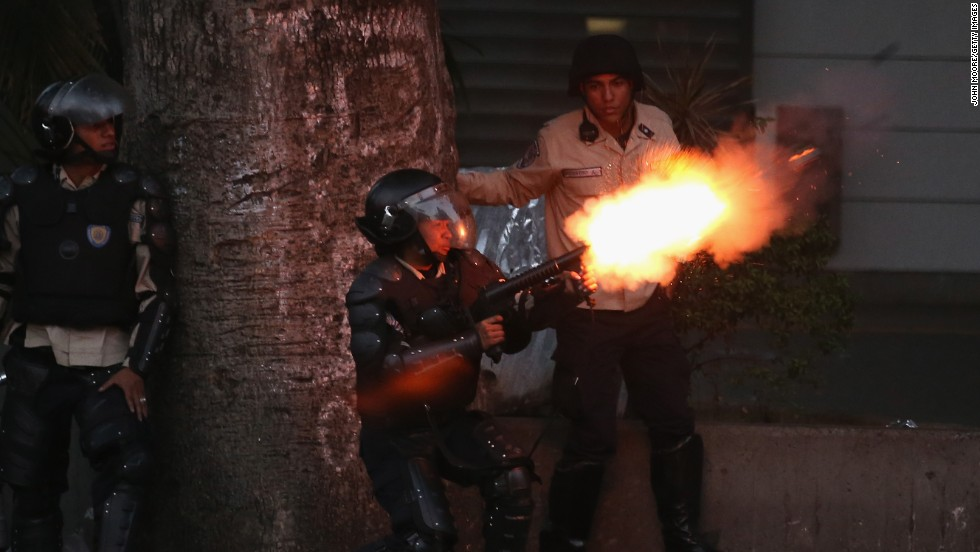 Un miembro de la Policía Nacional dispara gas lacrimógeno contra los manifestantes opositores el 6 de marzo en Caracas. Se cumplen tres semanas de protestas que se han tornado violentas.