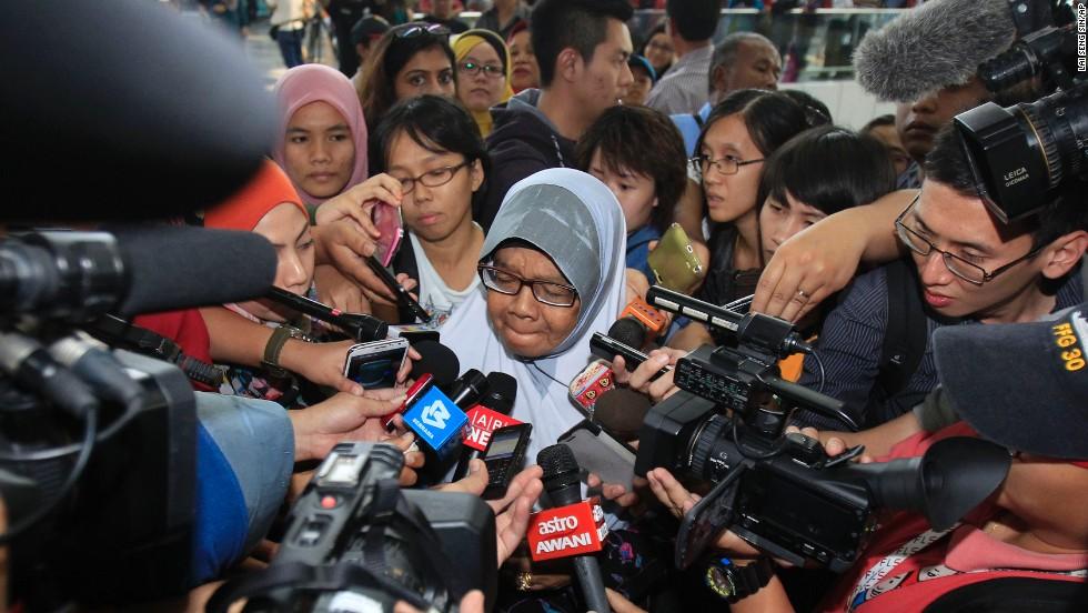 Una familiar de pasajeros a bordo de un avión de Malaysia Airlines es asediada por los periodistas en el aeropuerto internacional de Kuala Lumpur en Sepang, en las afueras de Kuala Lumpur, Malasia, el sábado 8 de marzo.