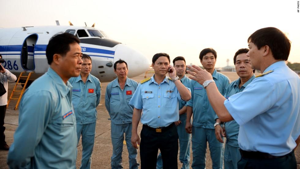 La tripulación de la fuerza aérea vietnamita delante de un avión en el aeropuerto de Tan Son Nhat en Ho Chi Minh City, Vietnam, el 9 de marzo, antes de salir a la zona comprendida entre Vietnam y Malasia, donde el avión desapareció la madrugada del sábado.