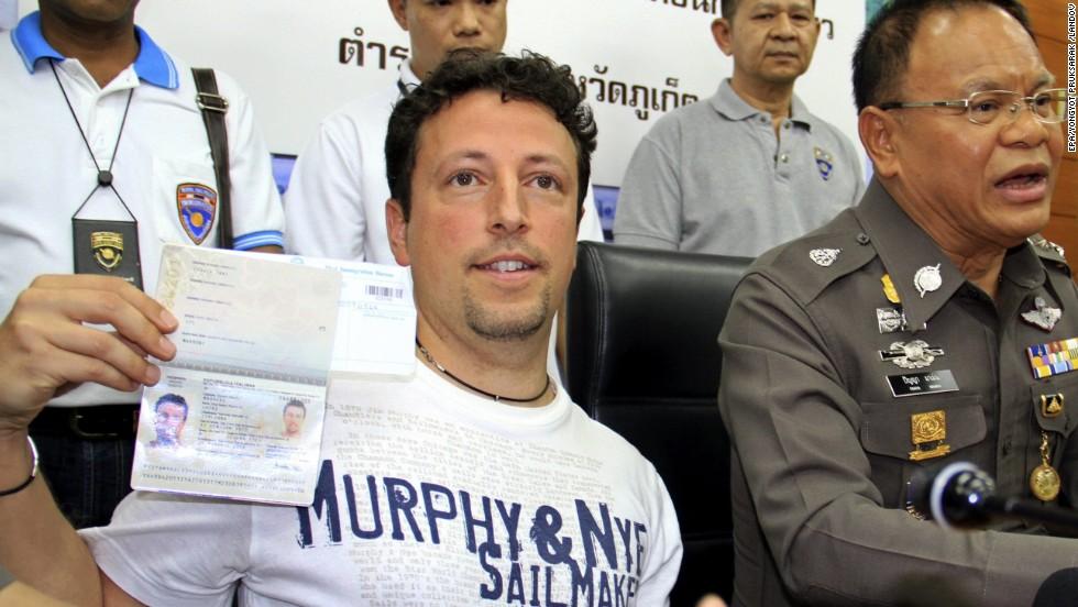 El turista italiano Luigi Maraldi, que había informado de su pasaporte robado en agosto de 2013, muestra su pasaporte vigente durante una conferencia de prensa en una estación de policía en la isla de Phuket, Tailandia, el 9 de marzo. Dos pasajeros en el vuelo de Malaysia Airlines viajan con pasaportes robados pertenecientes a Maraldi y a un ciudadano austriaco, que al parecer sufrieron de los robos hace dos años.