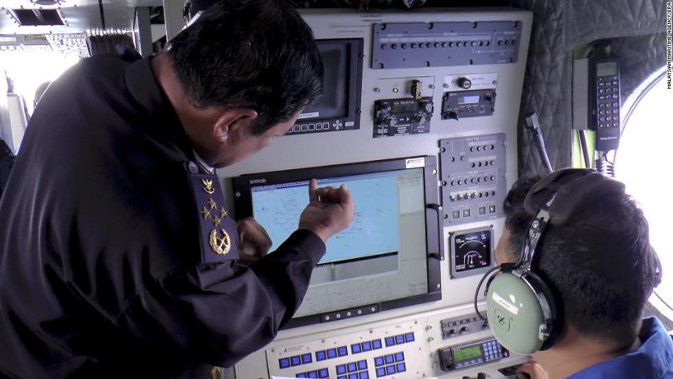 Una imagen proporcionada por la Agencia de Control Marítimo de Malasia muestra al personal de la guardia costera de Malasia revisando una pantalla de radar durante la búsqueda y rescate de los desaparecidos del vuelo de Malaysia Airlines el 9 de marzo.