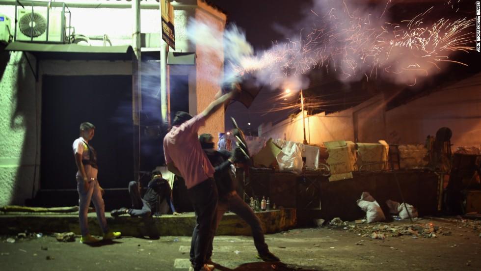 Estudiantes se enfrentan a las fuerzas de seguridad el 9 de marzo en San Cristóbal, capital del estado Táchira.