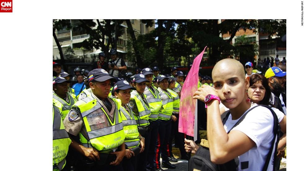 Durante la marcha, una mujer que sufre de cáncer expresó a los policías, con lágrimas en los ojos, su frustración y descontento.