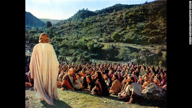Claude Heater standing up before his followers in a scene from the film 'Ben-Hur', 1959. (Photo by Metro-Goldwyn-Mayer/Getty Images)