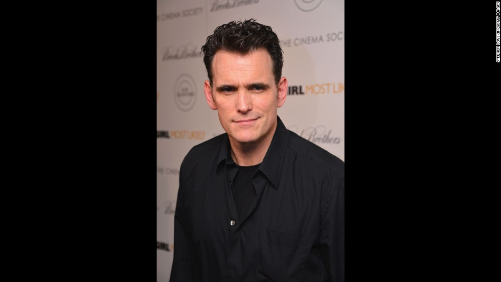 "Matt Dillon continues to stay gold (any fans of ""The Outsiders"" oMatt Dillon sigue manteniéndose bien (¿hay algún fan de ""Rebeldes"" por ahí?) a los 50 años. ut there?) at age 50."