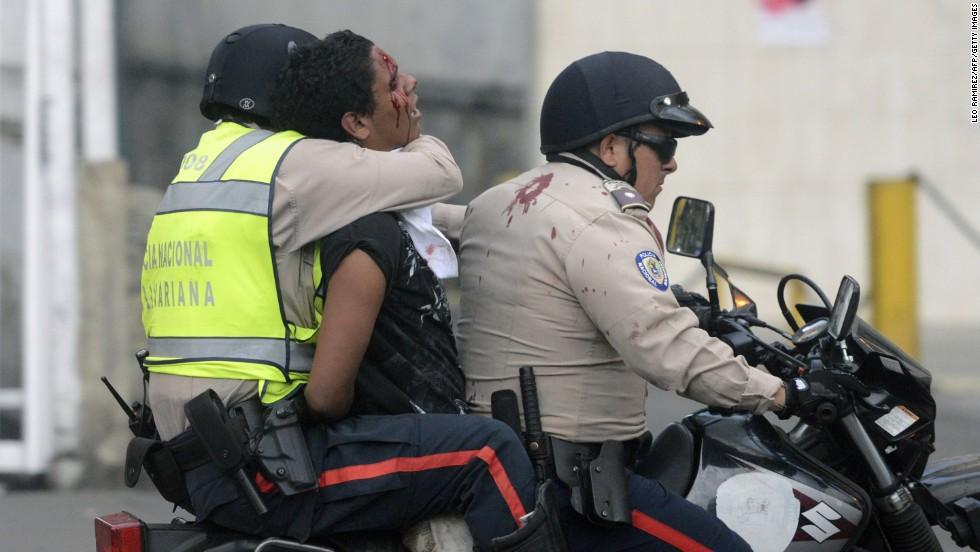 Un manifestante es detenido por la Policía Nacional durante una protesta en Caracas el 13 de marzo.