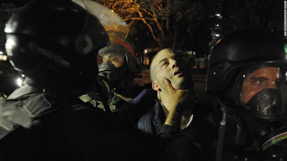 Un miembro de la Guardia Nacional de Venezuela sostiene por el cuello a un manifestante opositor durante una protesta en Caracas el 14 de marzo.