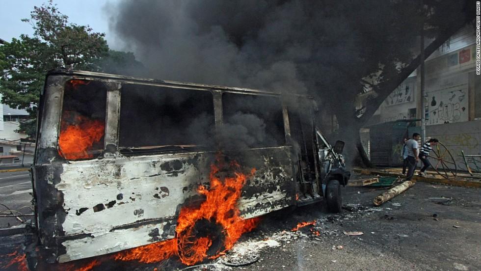 Una camioneta se incendia durante una protesta opositora en San Cristóbal, el 17 de marzo.