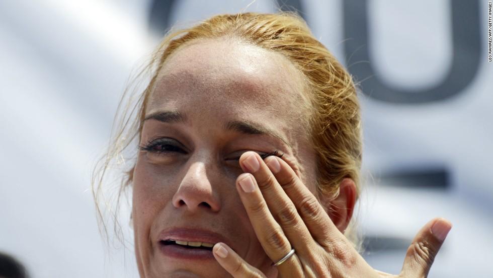 Lilian Tintori, esposa de Leopoldo López, llora durante la marcha que exige la liberación del dirigente opositor.