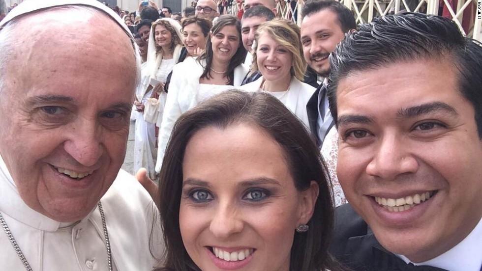El papa Francisco se tomó este 'selfie' con una pareja de recién casados en el Vaticano.