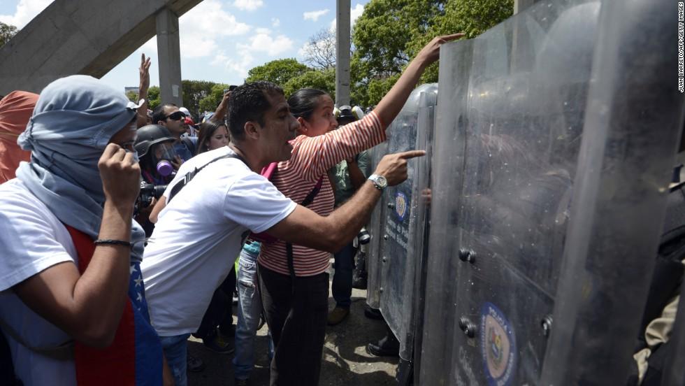 Manifestantes opositores confrontan a la Policía Nacional durante una protesta en Caracas el 20 de marzo.