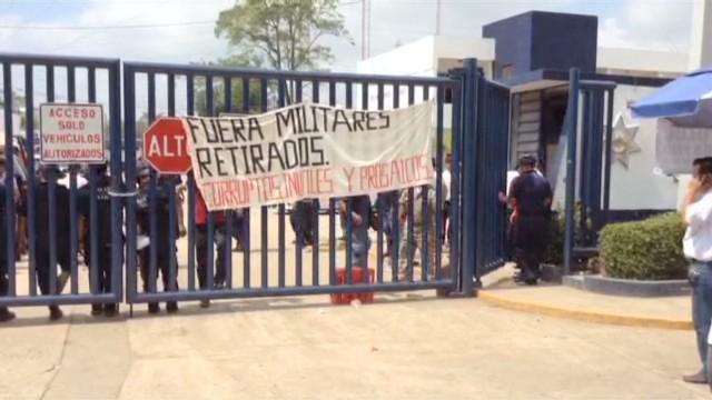 cnnee rodriguez mexico tabasco police strike_00002430.jpg