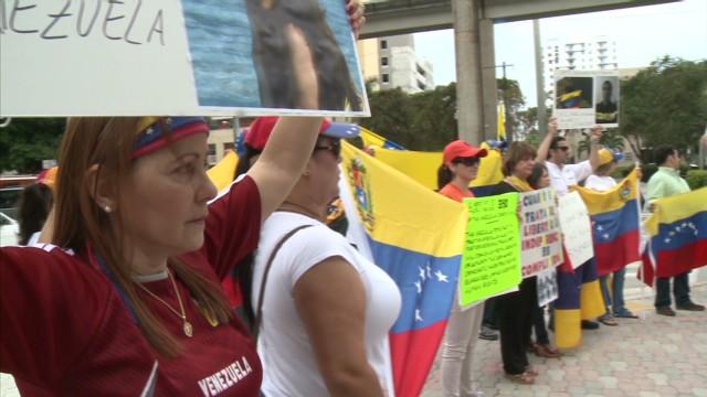 cnnee hauser venezuelans protest brazil consulate_00001515.jpg
