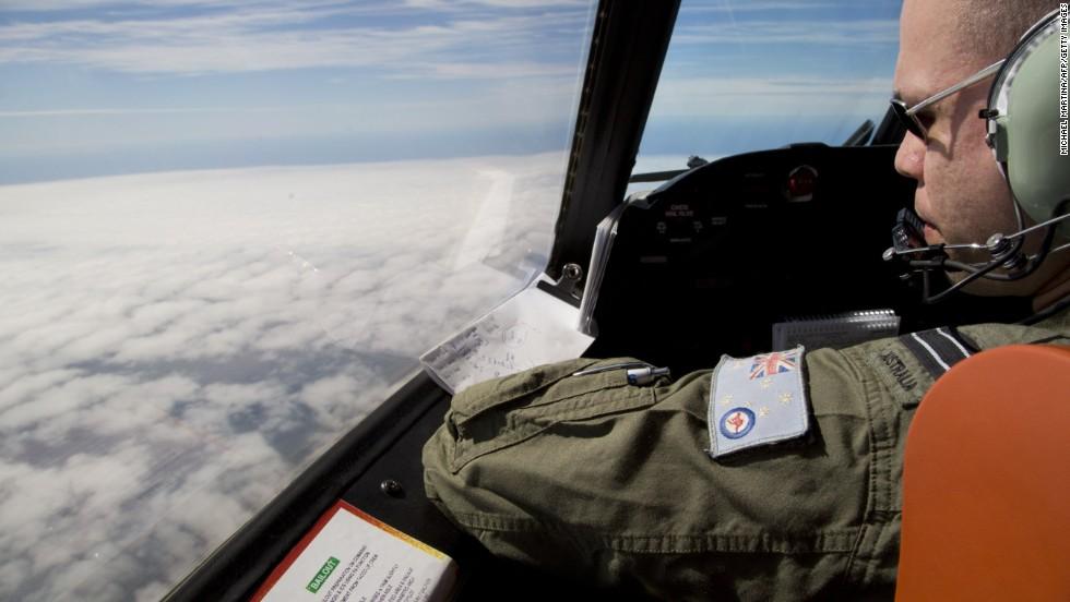 El teniente de vuelo Jayson Nichols observa por la cabina de un avión AP-3C Orion de la Fuerza Aérea de Australia en busca del avión Malaysian Airlines.