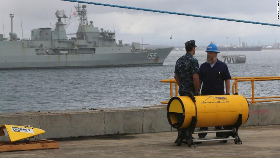 Funcionarios estadounidenses junto a equipo de búsqueda que será implementado en el barco Ocean Shield para rastrear el avión de Malaysia Airlines.