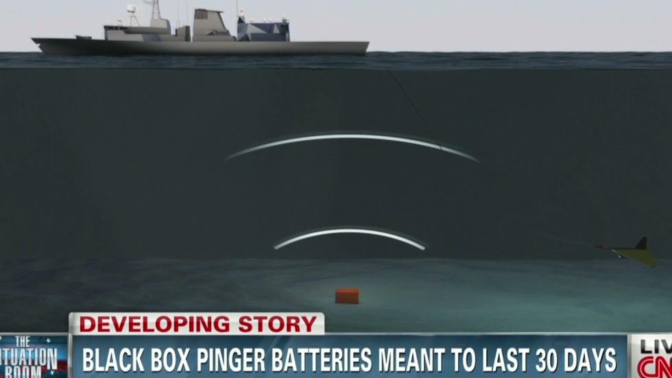 """Miembros de la Marina de EE.UU. colocaron un equipo de localización submarina a bordo de un barco australiano.  El equipo incluye un localizador de """"pinger"""" que es remolcado detrás del barco y detecta el sonido de la baliza localizadora que se encuentra en la grabadora de datos del avión."""