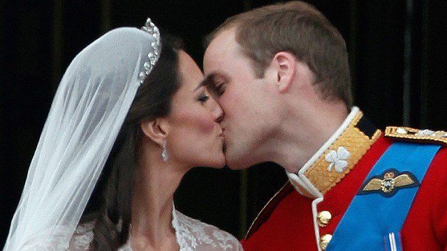 TRH Catherine, Duchess of Cambridge and Prince William, Duke of Cambridge kiss on the balcony at Buckingham Palace on April 29, 2011 in London, England. The marriage of the second in line to the British throne was led by the Archbishop of Canterbury and was attended by 1900 guests, including foreign Royal family members and heads of state. Thousands of well-wishers from around the world have also flocked to London to witness the spectacle and pageantry of the Royal Wedding. (Photo by Christopher Furlong/Getty Images)
