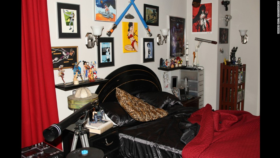 Melissa Rauch, who plays Howard's wife Bernadette, said that Howard's bedsheets here are quite comfortable. She was also blown away by the level of detail on the various female comic book character figures here.