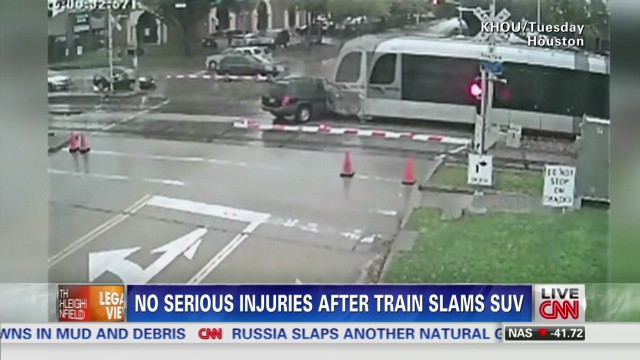 lv vo train slams into suv_00000308.jpg