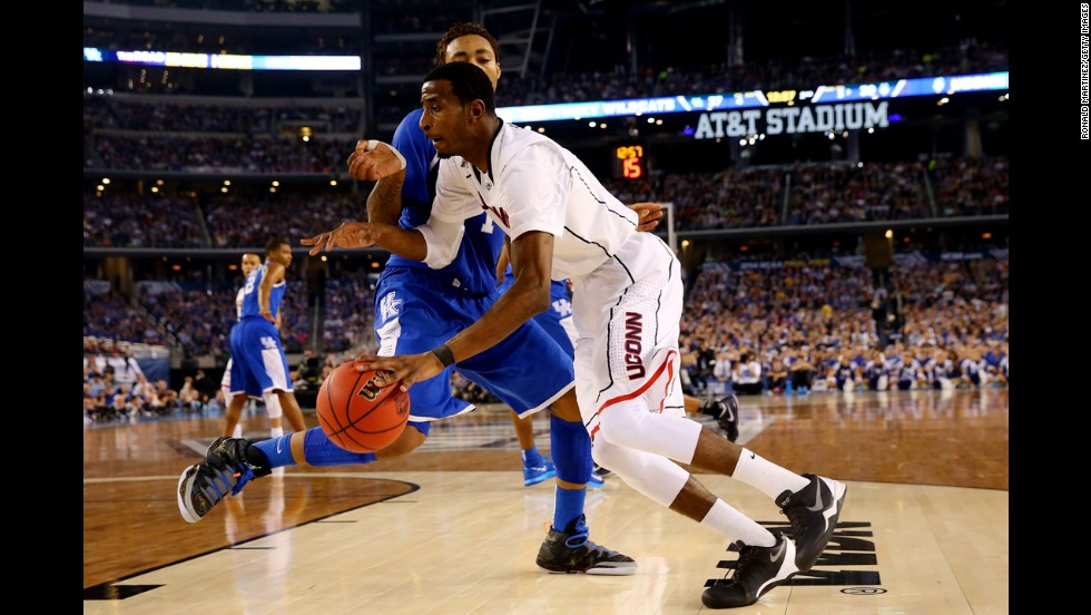 Connecticut forward DeAndre Daniels drives to the basket as Kentucky guard James Young defends.