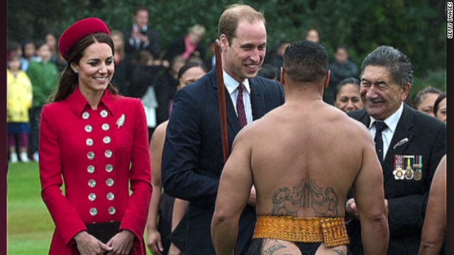 Erin PKG Moos man in thong greets royal couple_00015824.jpg