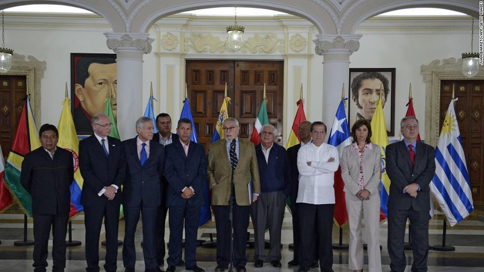 El secretario ejecutivo de la Mesa de la Unidad Democrática (MUD), Ramón Guillermo Aveledo, junto a cancilleres de la Unasur tras el encuentro preparatorio con el Gobierno.