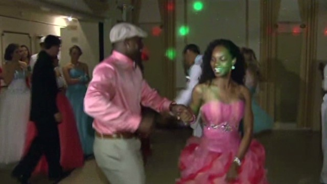 Seahawks Super Bowl champ goes to prom