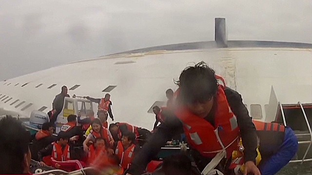 Divers face hazards in ferry rescue mission