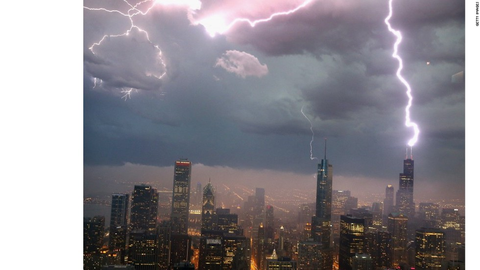 La Willis Tower recibe un rayo durante una tormenta en junio de 2013.
