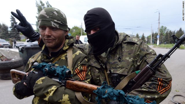 Armed pro-Russia militiants stand guard at a checkpoint in the eastern Ukranian city of Slavyansk on May 8, 2014.