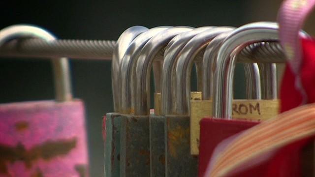'Love locks' craze hits London bridge